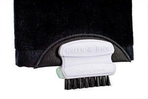 La serviette de golf la plus pratique au monde, pour un maximum de spin et de contrôle. Jouez un coup, nettoyez les rainures du club avec la brosse, essuyez avec la serviette et c'est prêt pour le prochain contact parfait ! Un superbe cadeau de golf. Brosse métallique